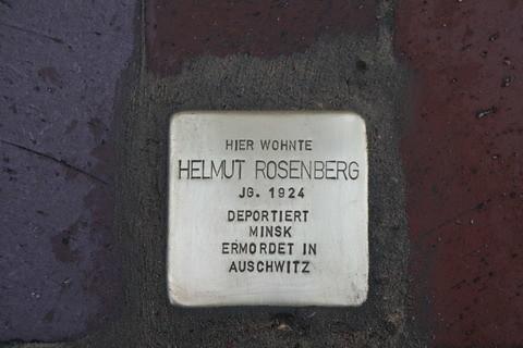 Foto: Stolperstein, Inschrift; Hier wohnte Helmut Rosenberg JG. 1924 Deportiert Mink  Ermordet in Auschwitz