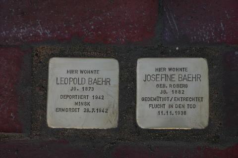 Foto: Stolpersteine für Leopold Baehr und Josefinde Baehr mit Inschriften