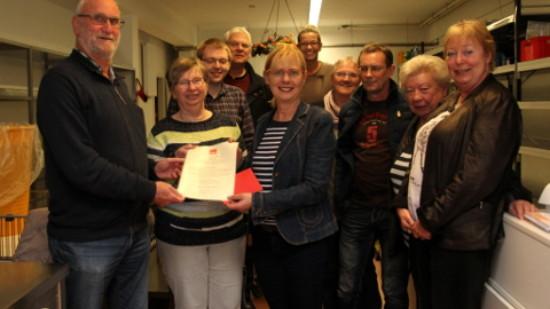 Die Übergabe. Vorne links Hartmut Stolte, daneben Luzia Moldenhauer MdL